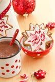 Καυτή σοκολάτα και ζωηρόχρωμα διακοσμημένα μπισκότα Χριστουγέννων Στοκ εικόνα με δικαίωμα ελεύθερης χρήσης