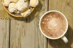 Καυτή σοκολάτα και ημισεληνοειδείς ρόλοι που γεμίζονται με το ξύλο καρυδιάς και τη σκόνη Στοκ εικόνες με δικαίωμα ελεύθερης χρήσης