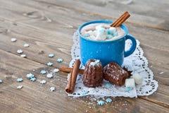 Καυτή σοκολάτα με τα μικρά κέικ Στοκ Φωτογραφίες