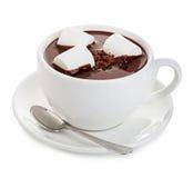 Καυτή σοκολάτα με marshmallows την κινηματογράφηση σε πρώτο πλάνο που απομονώνεται σε ένα άσπρο υπόβαθρο στοκ εικόνα