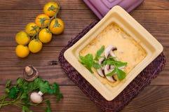 Καυτή σούπα με κρέας με το juicy κοτόπουλο, τα μανιτάρια, τη σάλτσα κρέμας και το τυρί Ορεκτικό κρέατος Ξύλινη ανασκόπηση Τοπ όψη Στοκ εικόνες με δικαίωμα ελεύθερης χρήσης