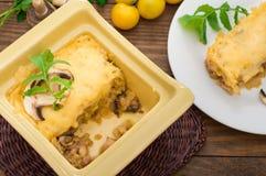 Καυτή σούπα με κρέας με το juicy κοτόπουλο, τα μανιτάρια, τη σάλτσα κρέμας και το τυρί Ορεκτικό κρέατος Ξύλινη ανασκόπηση Τοπ όψη Στοκ φωτογραφία με δικαίωμα ελεύθερης χρήσης