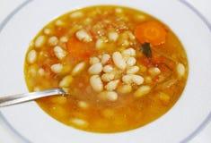 Καυτή σούπα με τα φασόλια - τα εθνικά ελληνικά τρόφιμα αποκαλούμενα fasolada στοκ φωτογραφία με δικαίωμα ελεύθερης χρήσης