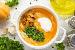 Καυτή σούπα φθινοπώρου με την κολοκύθα στοκ εικόνα