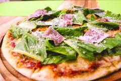 Καυτή σπιτική Pepperoni πίτσα έτοιμη να φάει Bon Appetit Στοκ Εικόνες