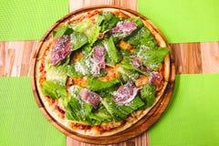 Καυτή σπιτική Pepperoni πίτσα έτοιμη να φάει Bon Appetit Στοκ φωτογραφία με δικαίωμα ελεύθερης χρήσης