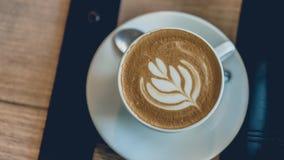 Καυτή τέχνη καφέ Latte στο άσπρο φλυτζάνι στοκ φωτογραφίες με δικαίωμα ελεύθερης χρήσης