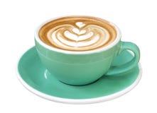 Καυτή τέχνη cappuccino καφέ latte στο φλυτζάνι χρώματος νεφριτών που απομονώνεται στο άσπρο υπόβαθρο, πορεία Στοκ Εικόνες