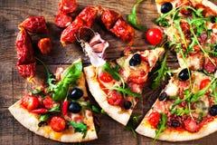 Καυτή φέτα πιτσών με το κρέας και τυρί ξύλινο επιτραπέζιο στενό σε επάνω Στοκ Φωτογραφία