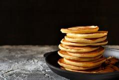 Καυτή, φρέσκια τηγανίτα σε ένα skillet χυτοσιδήρου με τα καρύδια Στοκ Φωτογραφία