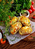 Καυτή ψημένη γεμισμένη πατάτα με το τυρί, μπέϊκον, μαϊντανός στον ξύλινο πίνακα Στοκ Εικόνες