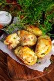 Καυτή ψημένη γεμισμένη πατάτα με το τυρί, μπέϊκον, μαϊντανός στον ξύλινο πίνακα Στοκ εικόνες με δικαίωμα ελεύθερης χρήσης