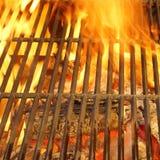 Καυτή BBQ σχάρα, φωτεινές φλόγες και καίγοντας άνθρακες Στοκ φωτογραφίες με δικαίωμα ελεύθερης χρήσης
