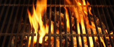 Καυτή BBQ σχάρα, φωτεινές φλόγες και καίγοντας άνθρακες Στοκ φωτογραφία με δικαίωμα ελεύθερης χρήσης