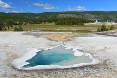 Καυτή geyser λίμνη στην παλαιά πιστή περιοχή Στοκ εικόνα με δικαίωμα ελεύθερης χρήσης