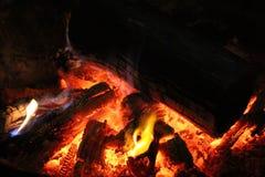 Καυτοί άνθρακες πυρκαγιάς τη νύχτα στοκ εικόνες