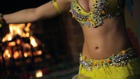 Καυτοί εθνικοί χοροί γυναικών brunette που εκτελούν τον κοιλιά-χορό μέσα φιλμ μικρού μήκους