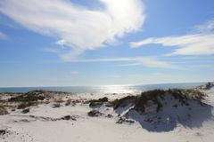 Καυτοί ηλιόλουστοι αμμόλοφοι ημέρας στο νησί της Shell, Φλώριδα στοκ εικόνες