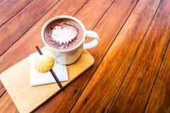 Καυτοί καφές και μπισκότα για την κατανάλωση του παιχνιδιού Στοκ Εικόνες