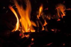 Καυτοί σπινθηρίζοντας ζωντανός-άνθρακες που καίνε σε μια σχάρα Στοκ Φωτογραφίες