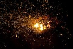 Καυτοί σπινθηρίζοντας ζωντανός-άνθρακες που καίνε σε μια σχάρα Στοκ φωτογραφία με δικαίωμα ελεύθερης χρήσης