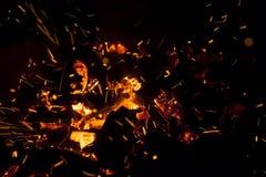 Καυτοί σπινθηρίζοντας ζωντανός-άνθρακες που καίνε σε μια σχάρα Στοκ εικόνες με δικαίωμα ελεύθερης χρήσης