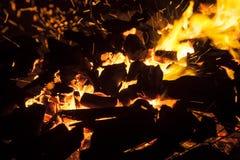 Καυτοί σπινθηρίζοντας ζωντανός-άνθρακες που καίνε σε μια σχάρα Στοκ Εικόνες