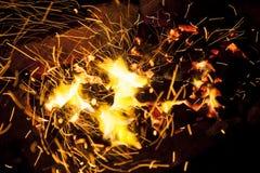 Καυτοί σπινθηρίζοντας ζωντανός-άνθρακες που καίνε σε μια σχάρα Στοκ φωτογραφίες με δικαίωμα ελεύθερης χρήσης
