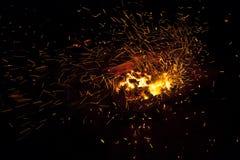 Καυτοί σπινθηρίζοντας ζωντανός-άνθρακες που καίνε σε μια σχάρα Στοκ Φωτογραφία