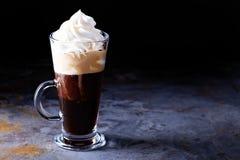 Καυτός βιενέζικος καφές με την κτυπημένη κρέμα Στοκ εικόνες με δικαίωμα ελεύθερης χρήσης