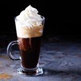 Καυτός βιενέζικος καφές με την κτυπημένη κρέμα στοκ εικόνες