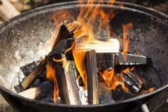 Καυτός καίγοντας ξύλινος ξυλάνθρακας, σχάρα στην πυρκαγιά στοκ εικόνα με δικαίωμα ελεύθερης χρήσης