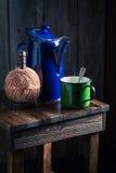 Καυτός και αρωματικός μαύρος καφές τον κρύο χειμώνα Στοκ φωτογραφία με δικαίωμα ελεύθερης χρήσης