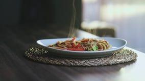 Καυτός και βράζοντας τα ασιατικά νουντλς Wok με Chiken και τα λαχανικά στον ατμό απόθεμα βίντεο