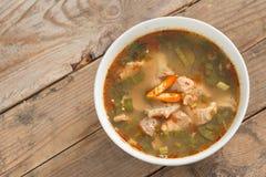 Καυτός και πικάντικος χόνδρος χοιρινού κρέατος σούπας με το ταϊλανδικό χορτάρι Στοκ Φωτογραφία