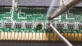 Καυτός καπνίζοντας συγκολλώντας σίδηρος με το κολοφώνιο και τον κασσίτερο Κατάστημα επισκευής και έννοια ηλεκτρονικών συσκευών απόθεμα βίντεο