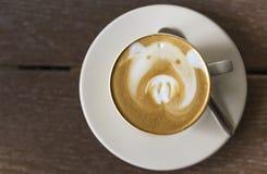 Καυτός καφές αργά στο άσπρο κεραμικό φλυτζάνι Στοκ Εικόνες
