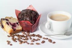 Καυτός καφές ενδυνάμωσης με αρωματικό το σοκολάτα κέικ στοκ φωτογραφία με δικαίωμα ελεύθερης χρήσης