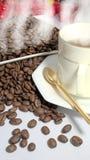 Καυτός καφές και ψημένα φρέσκα φασόλια καφέ Στοκ εικόνες με δικαίωμα ελεύθερης χρήσης
