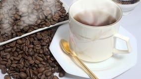 Καυτός καφές και ψημένα φρέσκα φασόλια καφέ Στοκ Εικόνες