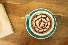 Καυτός καφές κατά την πράσινη τοπ άποψη φλυτζανιών και πιατακιών Στοκ Εικόνα