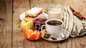 Καυτός καφές με και πρόγευμα πρωινού Στοκ φωτογραφία με δικαίωμα ελεύθερης χρήσης