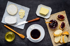 Καυτός καφές με τα τρόφιμα Στοκ εικόνες με δικαίωμα ελεύθερης χρήσης