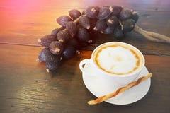 Καυτός καφές με τη διακόσμηση και τη φιλτραρισμένη εικόνα Στοκ εικόνες με δικαίωμα ελεύθερης χρήσης