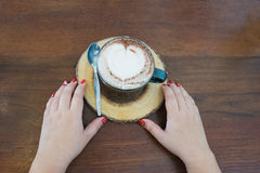 καυτός καφές με τον αφρό καφέ μορφής καρδιών Στοκ Φωτογραφίες