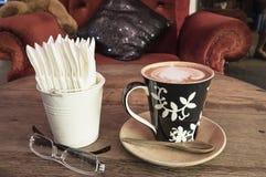Καυτός καφές με τον καφέ εγγράφου ιστού στον ξύλινο πίνακα Στοκ εικόνα με δικαίωμα ελεύθερης χρήσης