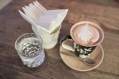 Καυτός καφές με τον καφέ εγγράφου ιστού στον ξύλινο πίνακα Στοκ φωτογραφία με δικαίωμα ελεύθερης χρήσης