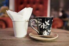 Καυτός καφές με τον καφέ εγγράφου ιστού Στοκ Εικόνες