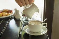 Καυτός καφές με το γάλα Στοκ φωτογραφία με δικαίωμα ελεύθερης χρήσης