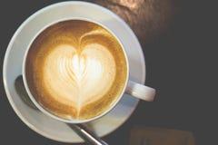 Καυτός καφές σε έναν ξύλινο πίνακα Στοκ φωτογραφία με δικαίωμα ελεύθερης χρήσης